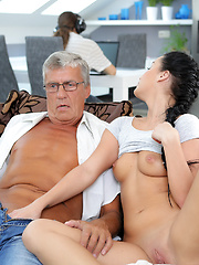 Skillful old man manages to fuck comely brunette on sofa